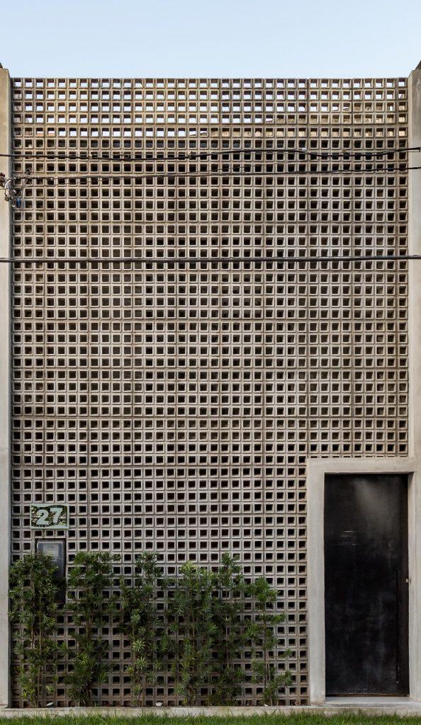 c54634901fe06 Fachada foi revitalizada com baixo custo em Feira de Santana  BA, onde  cobogó cimentício revestiu a antiga frente da casa. Divulgação Arquiteto  Hugo Ribeiro