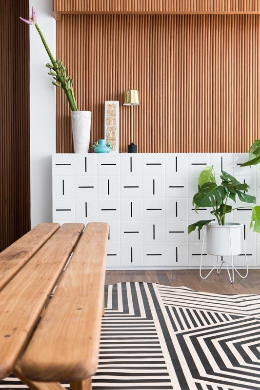 fec8148c6dab0 Ladrilho hidráulico branco e preto com linhas retas e contemporâneas usado  na sala de estar. Divulgação Todos Arquitetura