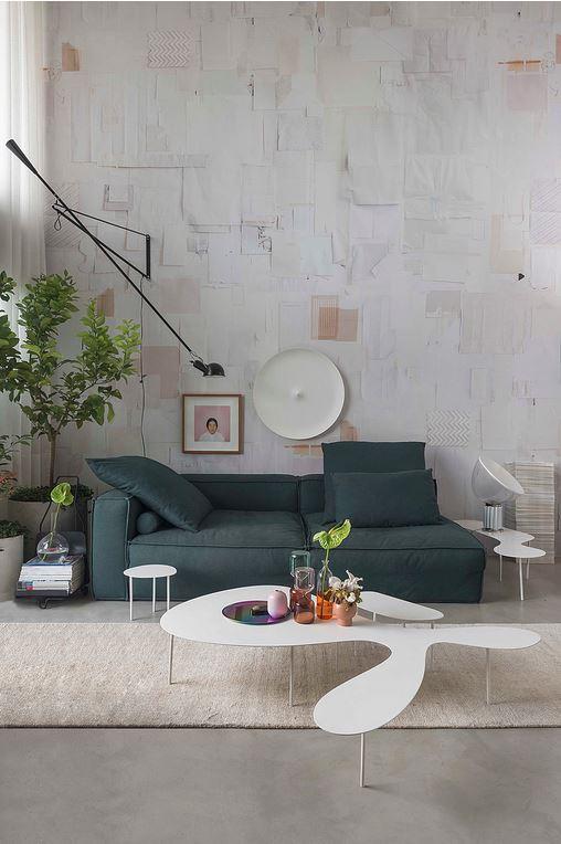 Sofá azul petróleo com entorno predominantemente branco traz a atenção para  o sofá. Divulgação  Nildo José Arquitetura. 3e724a30b0027