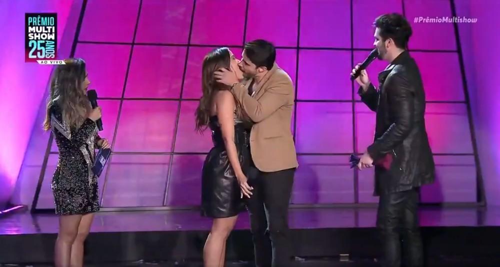 80723466988 Anitta beija desconhecido e todo mundo fica com saudade de ser solteiro