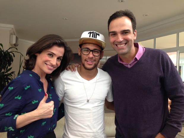 Garoto-propaganda de uma marca italiana de óculos, o jogador Neymar usou um  modelo aparentemente de grau durante a entrevista que deu ao