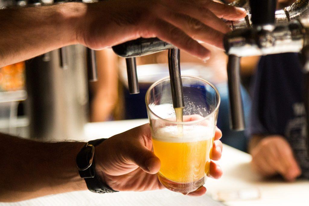 0af17ec67 Já demos aqui algumas dicas de como comprar uma cerveja mais frescas no  mercado. Mas e se hoje é dia de chope, bebê? Sim, a cerveja não  pasteurizada também ...