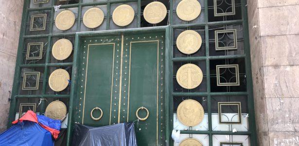 Tombado, prédio abandonado em São Paulo tem fachada com moedas gigantes