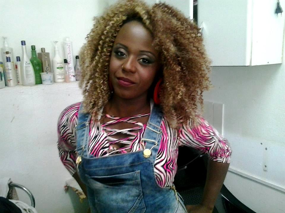 Na foto, Raquel Cristina Neves da Costa, 28 anos, cabeleireira.