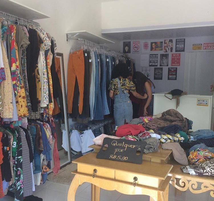 92971834e O Brechó Tô de Volta é online e tem loja física. No total, Fabiana vende  cerca de 250 peças