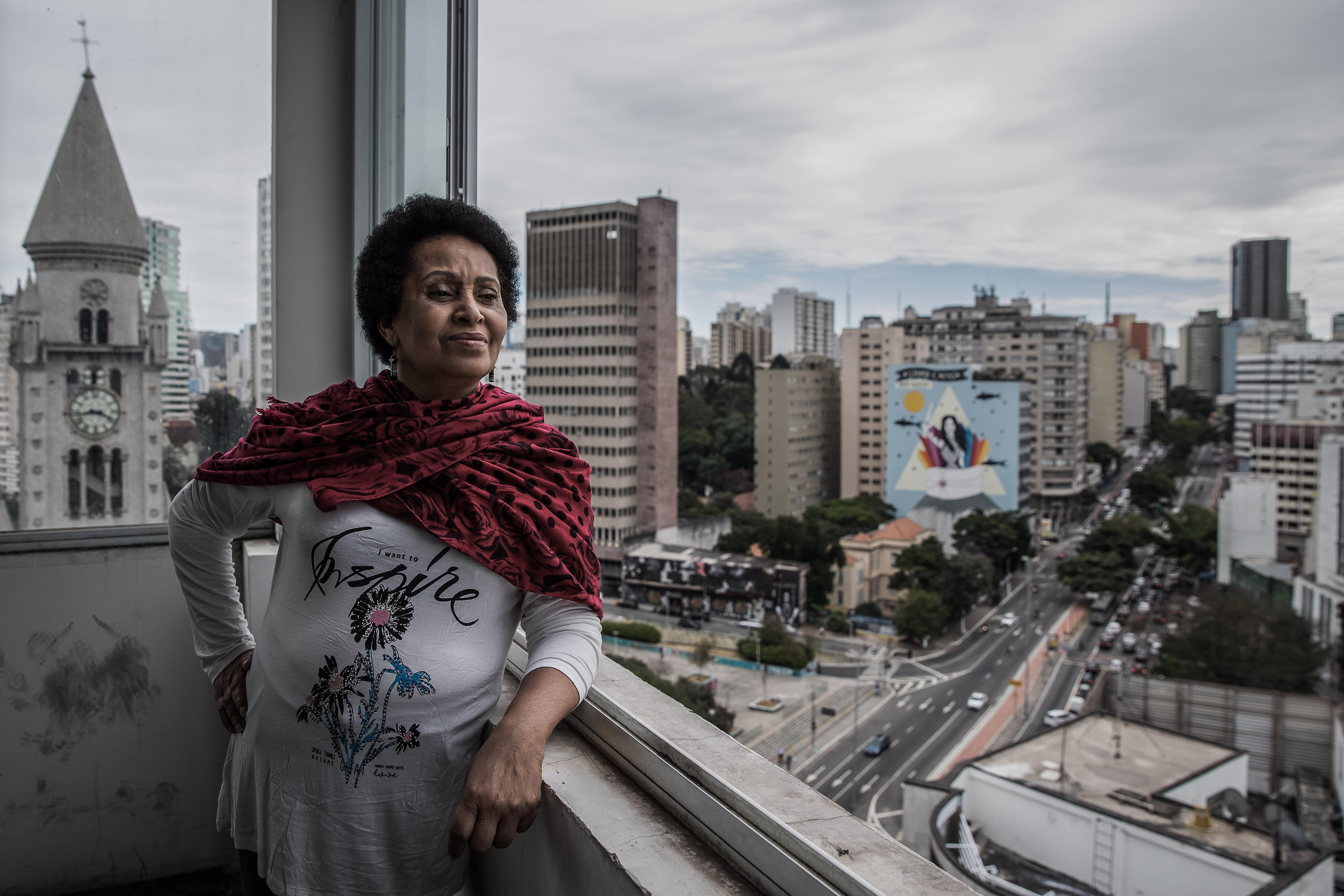 Carmen olha a cidade ciente de que é possível, sim, destinar imóveis desocupados no Centro para quem não tem onde morar (Foto: Daniela Moura/Mídia Ninja)