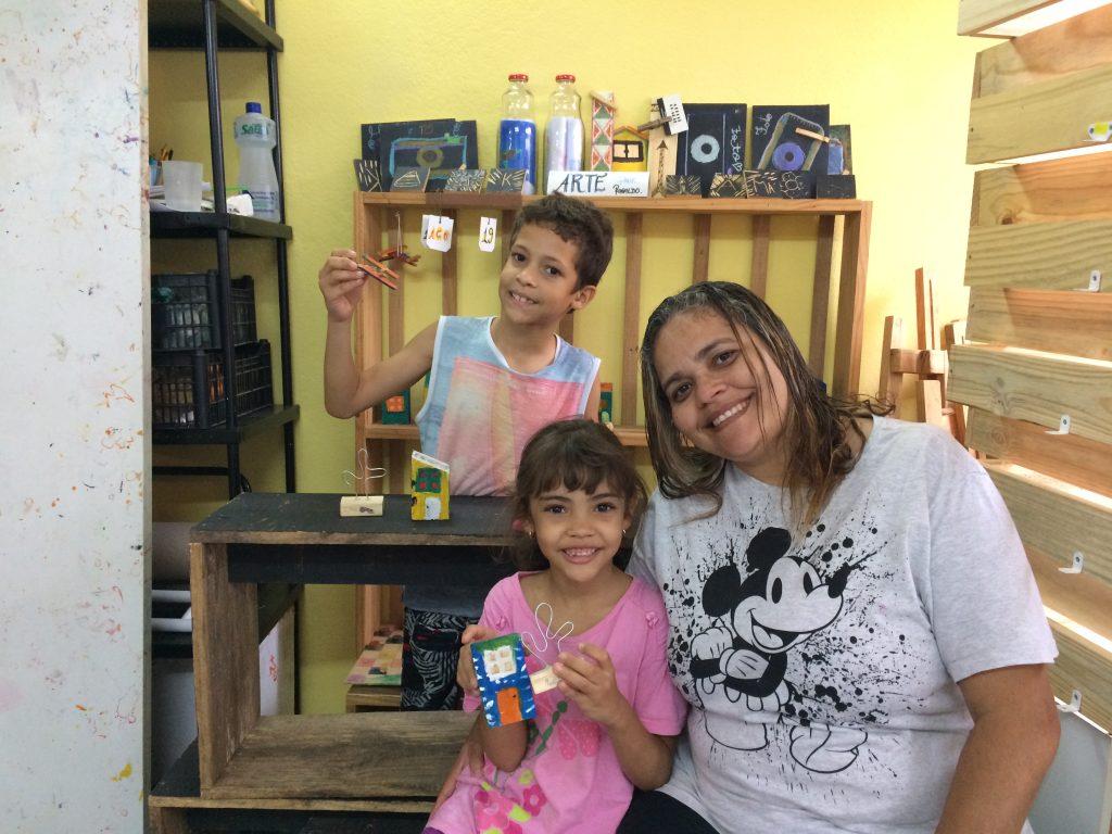Sabrina com os filhos Marcela e Isaac: tranquilidade para buscar emprego e fazer bicos enquanto as crianças se divertem e aprendem (Foto: Martha Raquel Rodrigues)