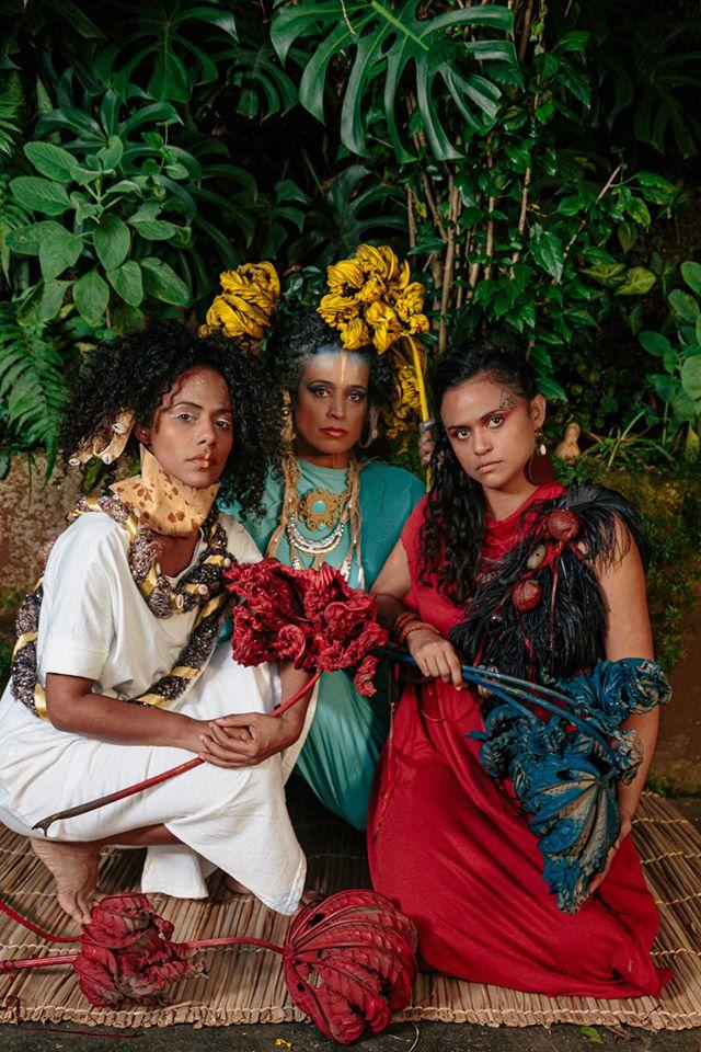 Trio musical Clarianas: Naruna Costa com as parceiras Martinha Soares e Naloana Lima na capa do novo CD Quebra Quebranto (Foto: Divulgação)