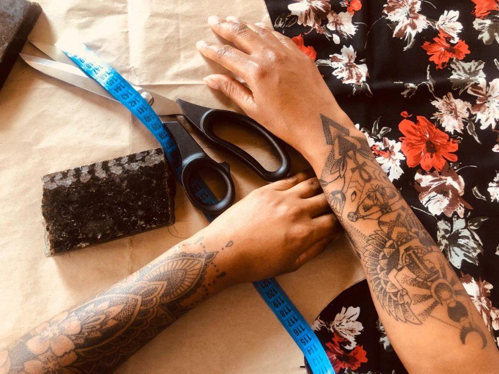 Ana Rita, Jéssica e Lara cresceram embaladas pelo barulho das máquinas de costura de suas mães e avós e optaram por empreender no ramo. Confira as dicas da profissão que hoje dialoga com a pegada ecológica e é uma opção de trabalho sustentável (Foto: Reprodução Facebook)