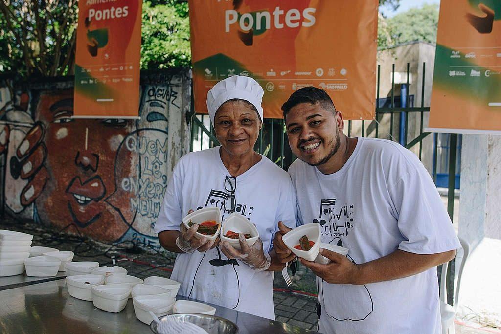 Thiago e sua mãe, Tia Nice, no Festival do ano passado: feira gastronômica com barracas de alimentação saudável.