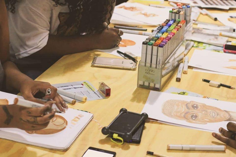 Cena do primeiro encontro do coletivo Pretas Ilustram: apoio mútuo para inserção no mundo da arte (Foto: Cynthia Mariah/reprodução Facebook)