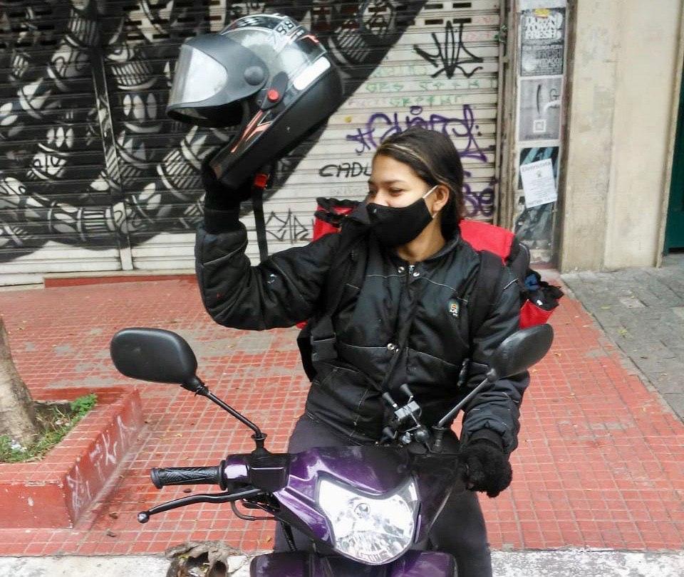 Lalá, entregadora de App, vai aderir à greve para questionar o sistema que bloqueia o acesso ao mapa da cidade se o