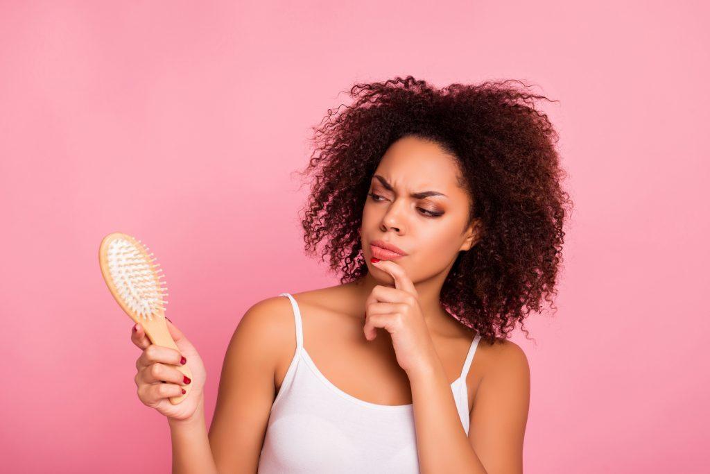 13dc09a4d Como pentear cabelo crespo? Veja dicas para arrumar os fios sem ...