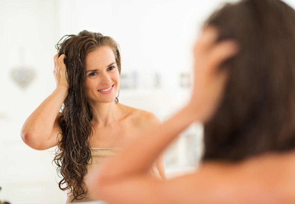 lavar o cabelo todo dia é ruim?
