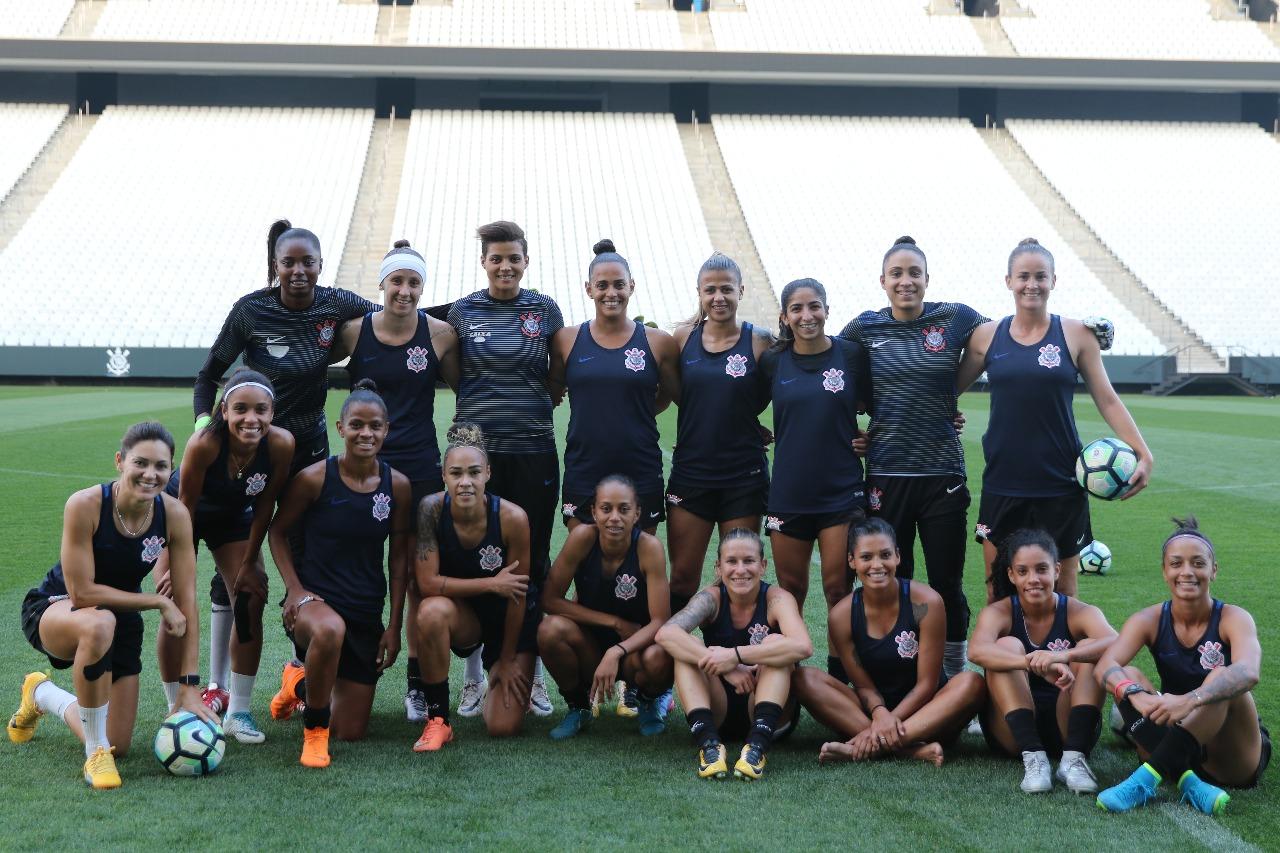 Corinthians leva time feminino para jogar no Pacaembu e quer dia histórico cb60d8b97db18