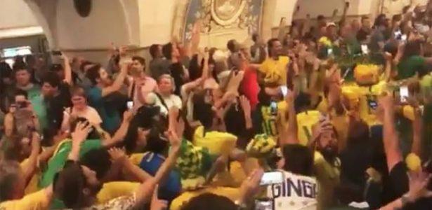 A transformação da torcida brasileira na Copa da Rússia - 20 07 2004 - UOL  Esporte 5a625703c13fc