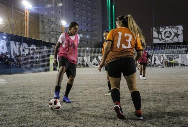 fdbeba1c10b3c Elas se uniram pelo amor à bola e lutaram por um espaço no futebol ...