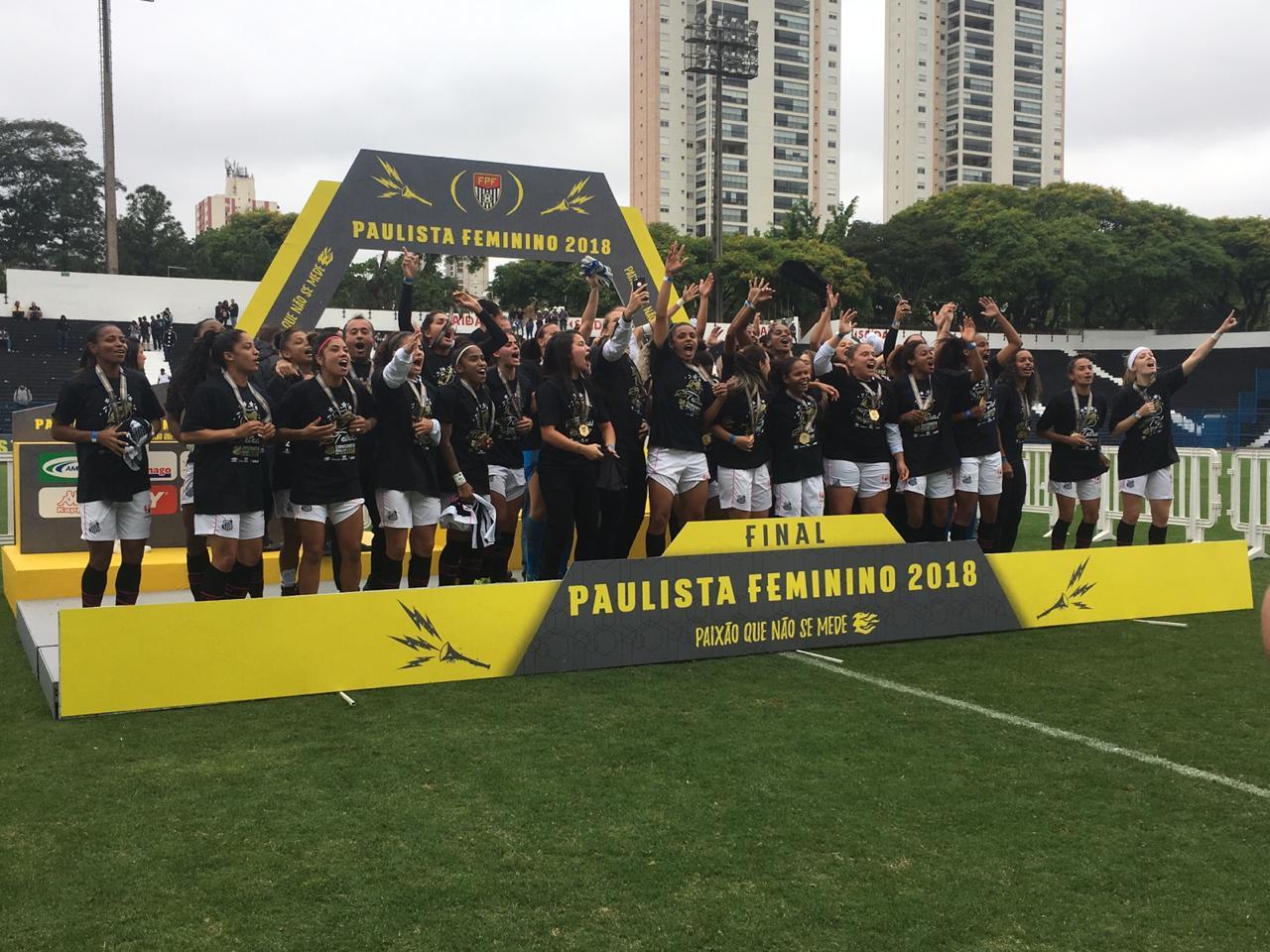 ... o título ao Santos pelo gol marcado por Chú na Vila Belmiro. Foto   dibradoras 337cbf1780ea3