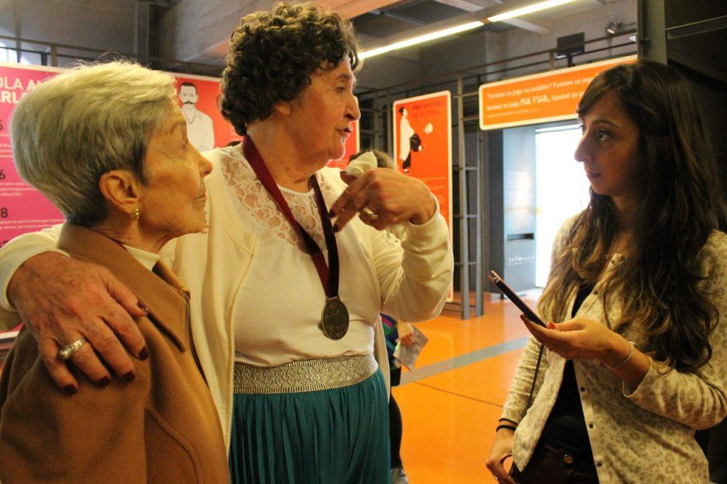 84f915aa0b Léa Campos (de camisa branca) em visita ao Museu do Futebol em 2015 (Foto   Roberta Nina dibradoras)