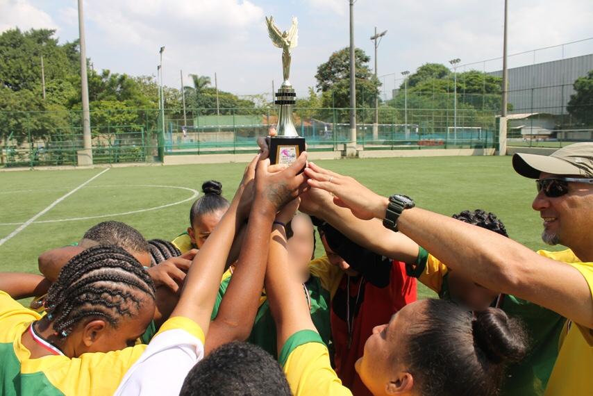a3fb154a9 Livres com a bola nos pés  meninas da Fundação Casa têm refúgio no futebol