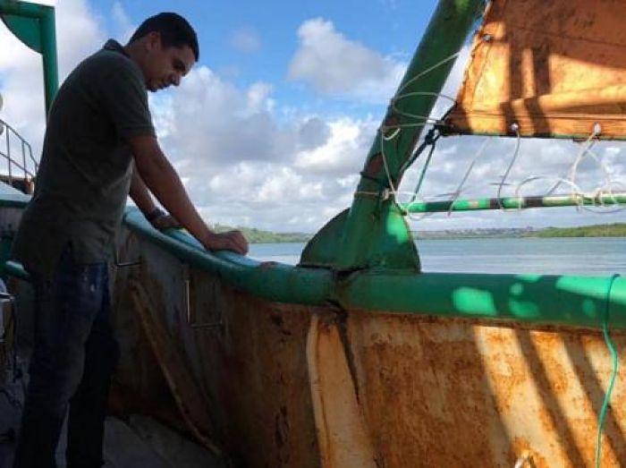 Na manhã da última quinta-feira a embarcação foi perseguida e abalroada por  um grande pesqueiro chinês 339bf3b305d