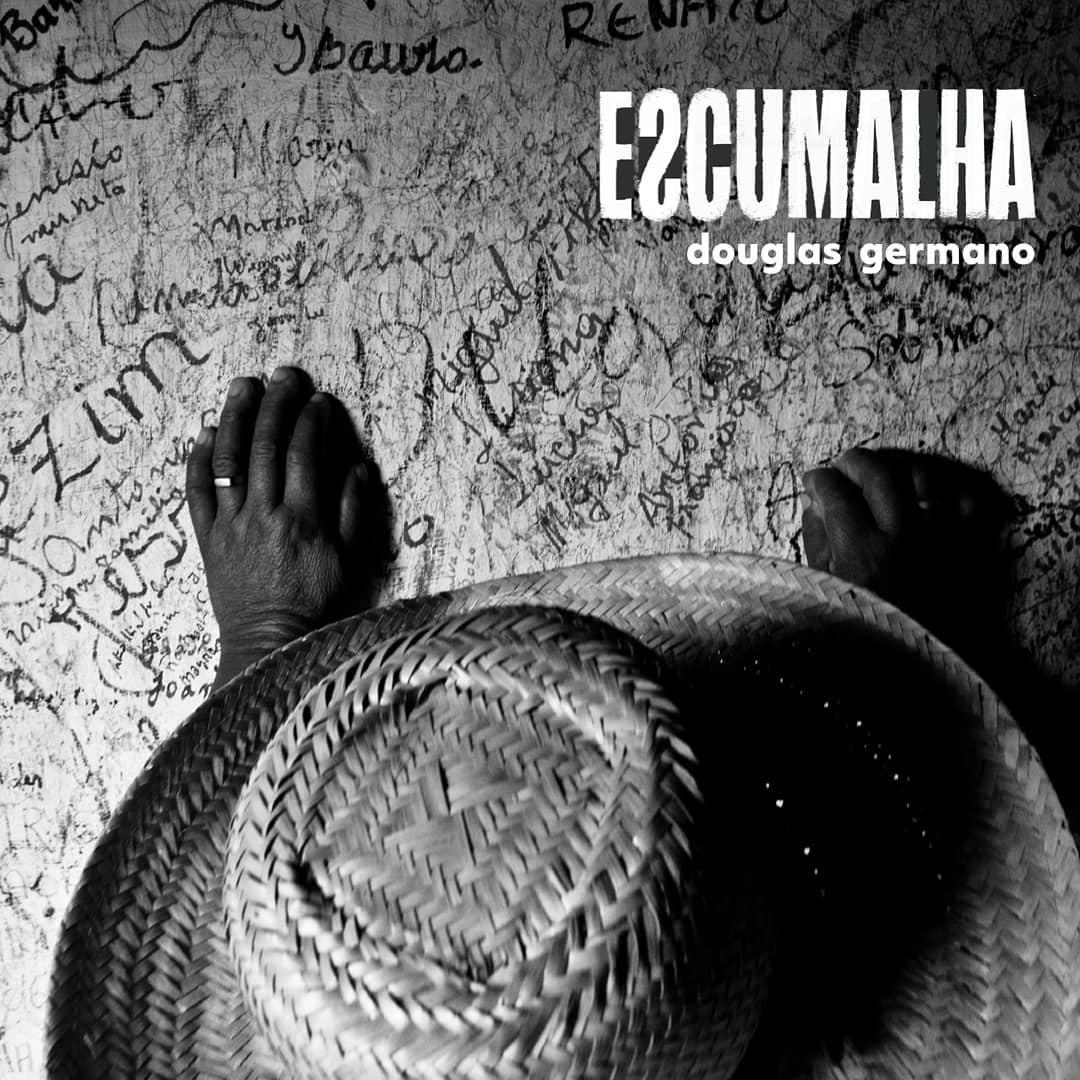 """A fúria no samba de Douglas Germano: """"não dá cantar sobre sol e ..."""