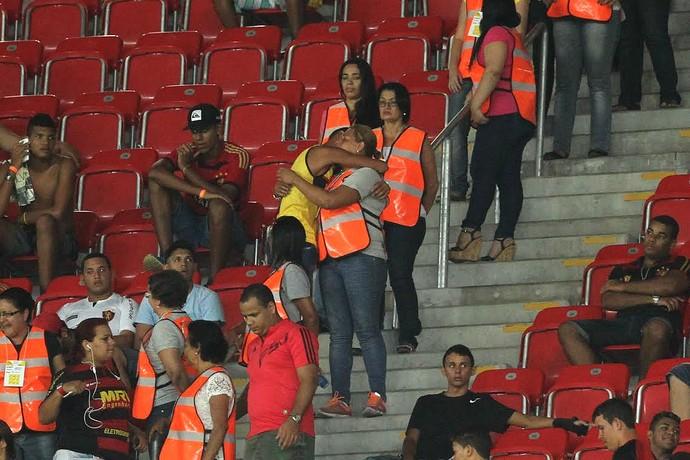 Torcedor encontra a mãe no meio da Itaipava Arena Pernambuco (FOTO: Pernambuco Press/Globo.com)