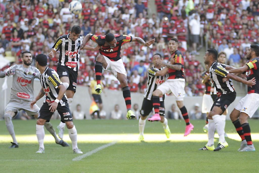 Lance do empate entre Santos e Flamengo. Será que é possível gravar qualquer uma das marcas expostas aí? FOTO: Gilvan de Souza/Flamengo