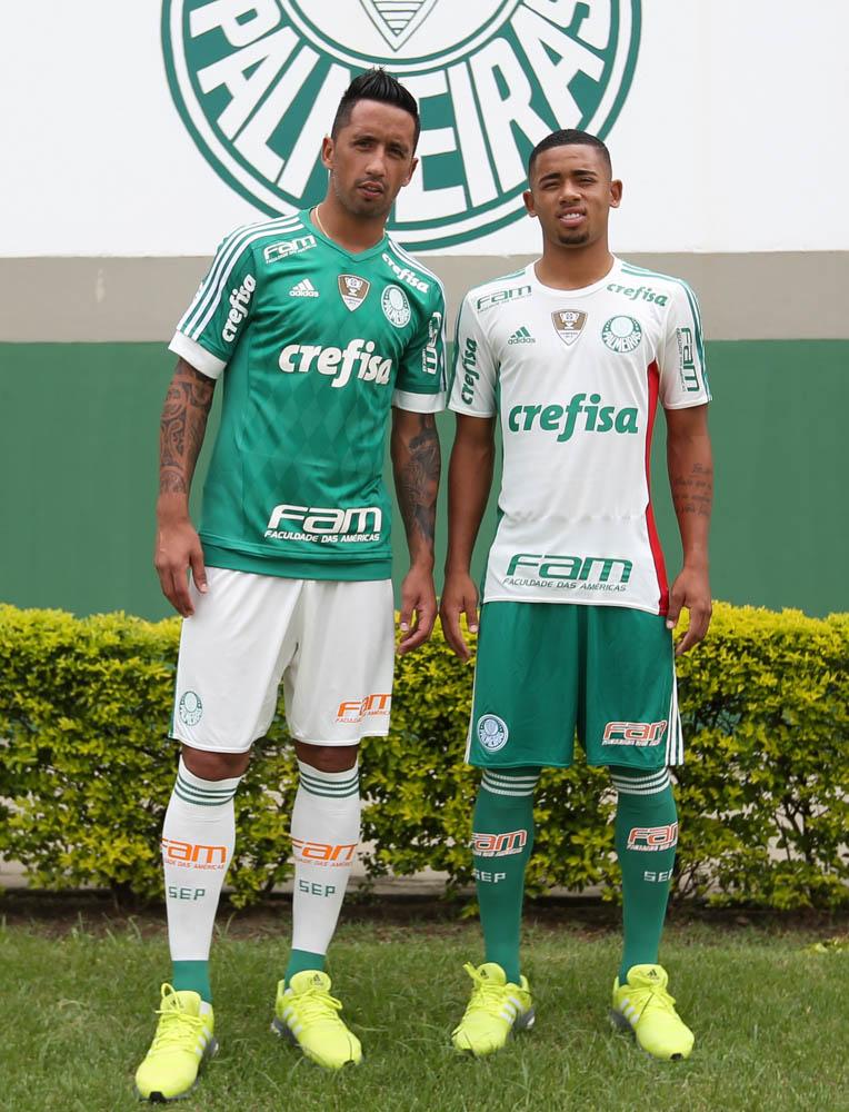 """Gabriel Jesus e Lucas Barrios com o novo e """"limpo"""" uniforme do Palmeiras (Foto: Cesar Greco/Fotoarena)"""