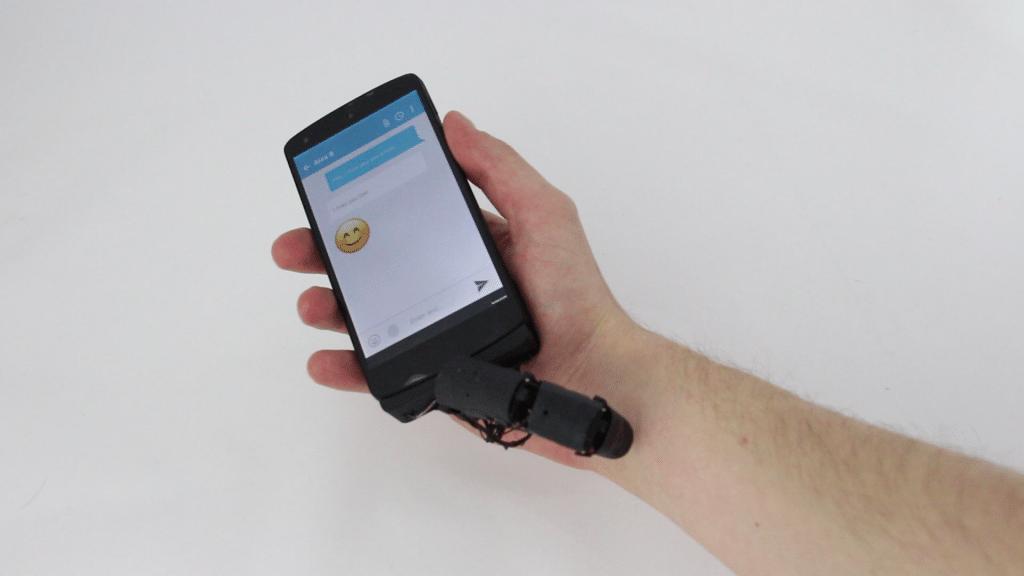 9d2facff8e7 Dedo robótico para celular faz carinho na mão e cutuca quando chega ...