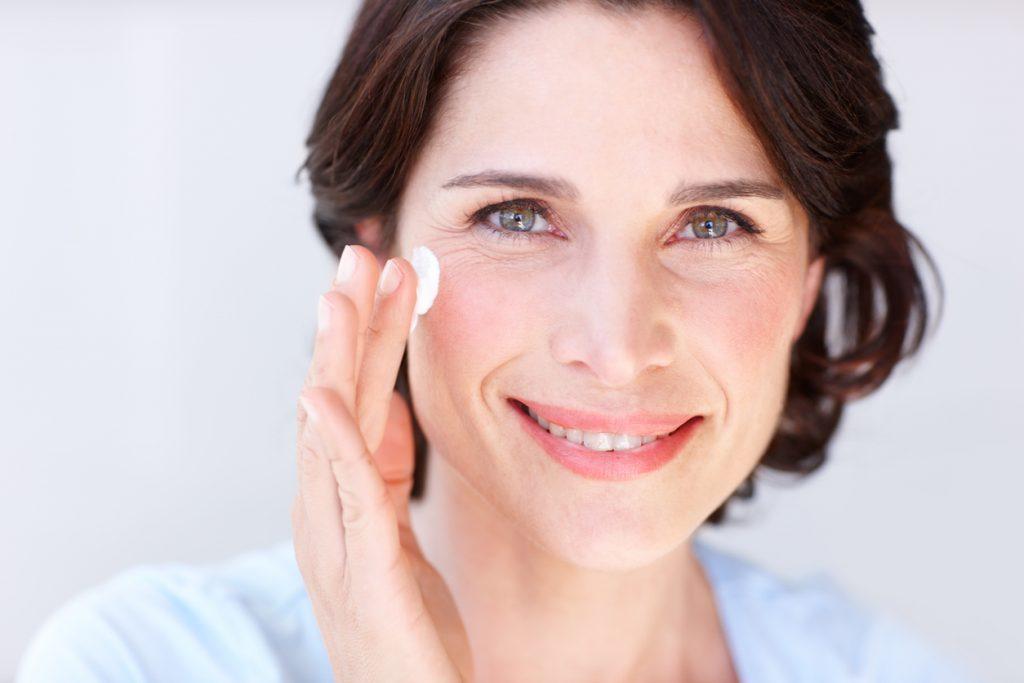 Seis cuidados básicos de pele para quem está chegando na menopausa - Blog  Ageless - UOL