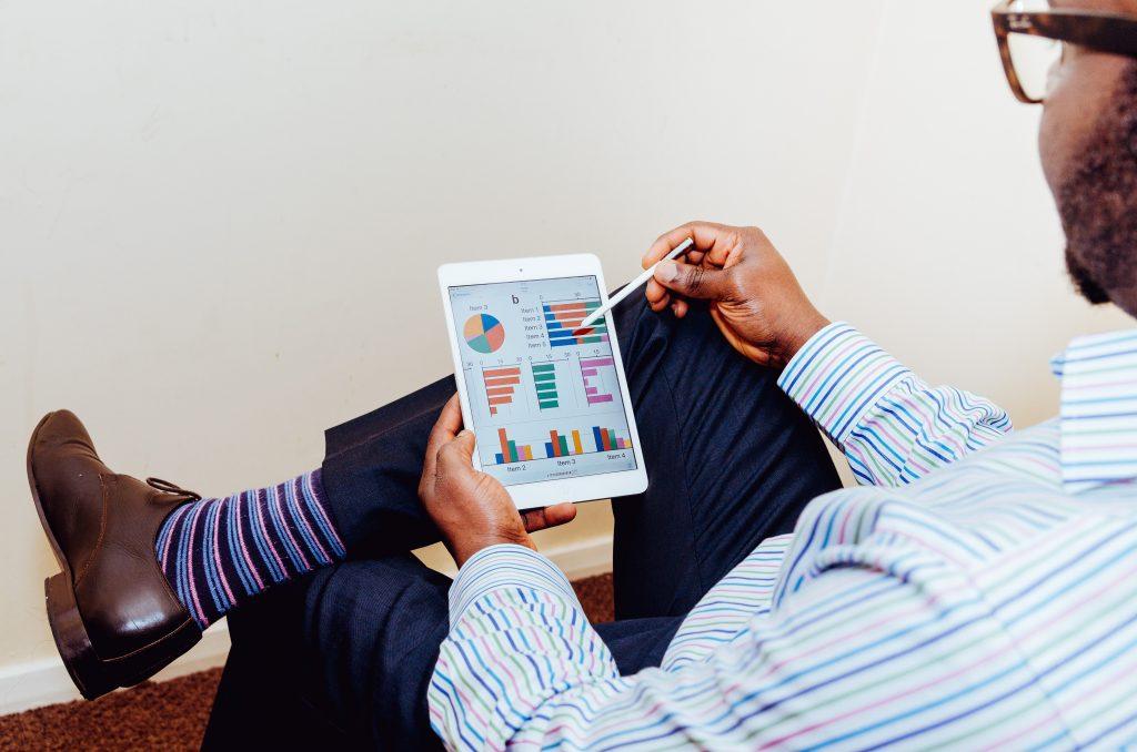 - unsplash graficos 1024x678 - Digitalização de serviços tem potencial de subir PIB e economizar dinheiro