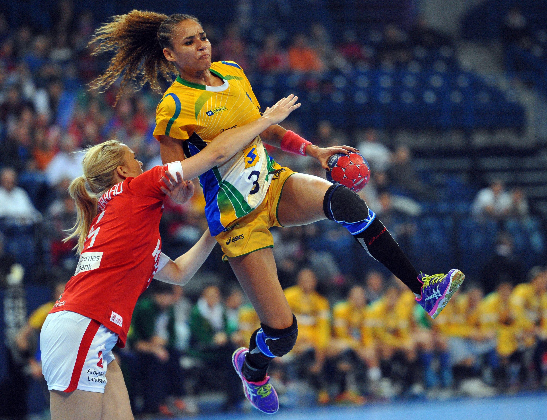 BrazilÕs Alexandra Nascimento (C) vies with Denmark's Pernille Holst Holmsgaard (L) during the Women's Handball World Championship semi final match between Brazil and Denmark at the Kombank Arena in Belgrade on December 20, 2013. AFP PHOTO / ANDREJ ISAKOVIC ORG XMIT: DIM019