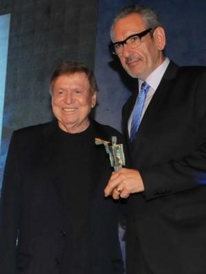 eduardo-zebini-vp-senior-do-fox-sports-no-brasil-recebeu-o-premio-das-maos-de-boni-1427921631205_984x1321