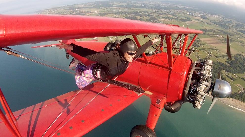 Karina Oliani no primeiro episódio, praticando o wing walking (Globo/Divulgação)