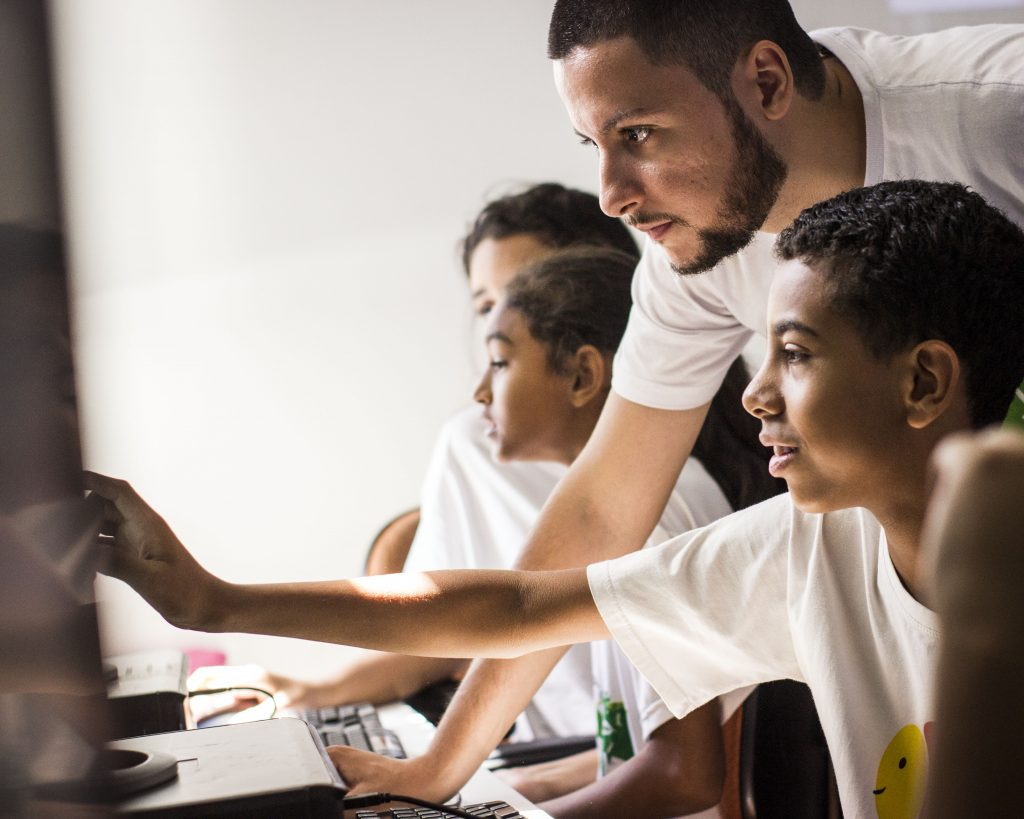 How children from Campo Limpo and Paraisópolis are learning to program