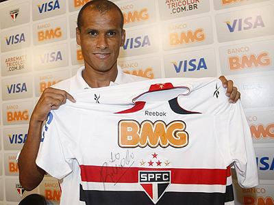 O São Paulo lançou na internet leilão com a camisa 10 de Rivaldo e a bola  utilizadas em sua apresentação oficial ocorrida nesta sexta-feira d82d9a9c92eda