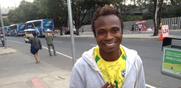 pentacampeao-edilson-torce-pela-selecao-brasileira-contra-a-alemanha-pela-semifinal-da-copa-1404847076623_615x300