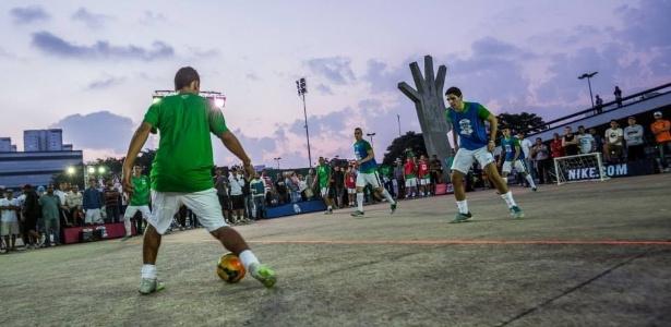 70f6b9c683 13 maneiras de jogar futebol na rua - 20 12 2002 - UOL Esporte