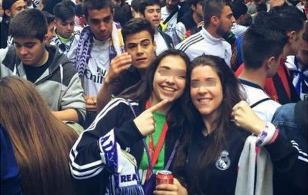 Sara Ezquerro (à esq) comemora título do Real Madrid com amiga