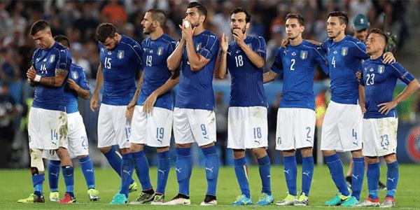26faa5b445 O verde e o vermelho da bandeira italiana nunca estiveram presentes na  camisa do time nacional. A famosa