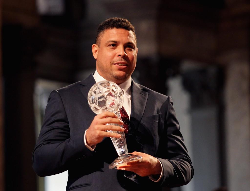 Ronaldo recebe prêmio da Federação Italiana em fevereiro de 2016 Foto: Paolo Bruno/Getty Images