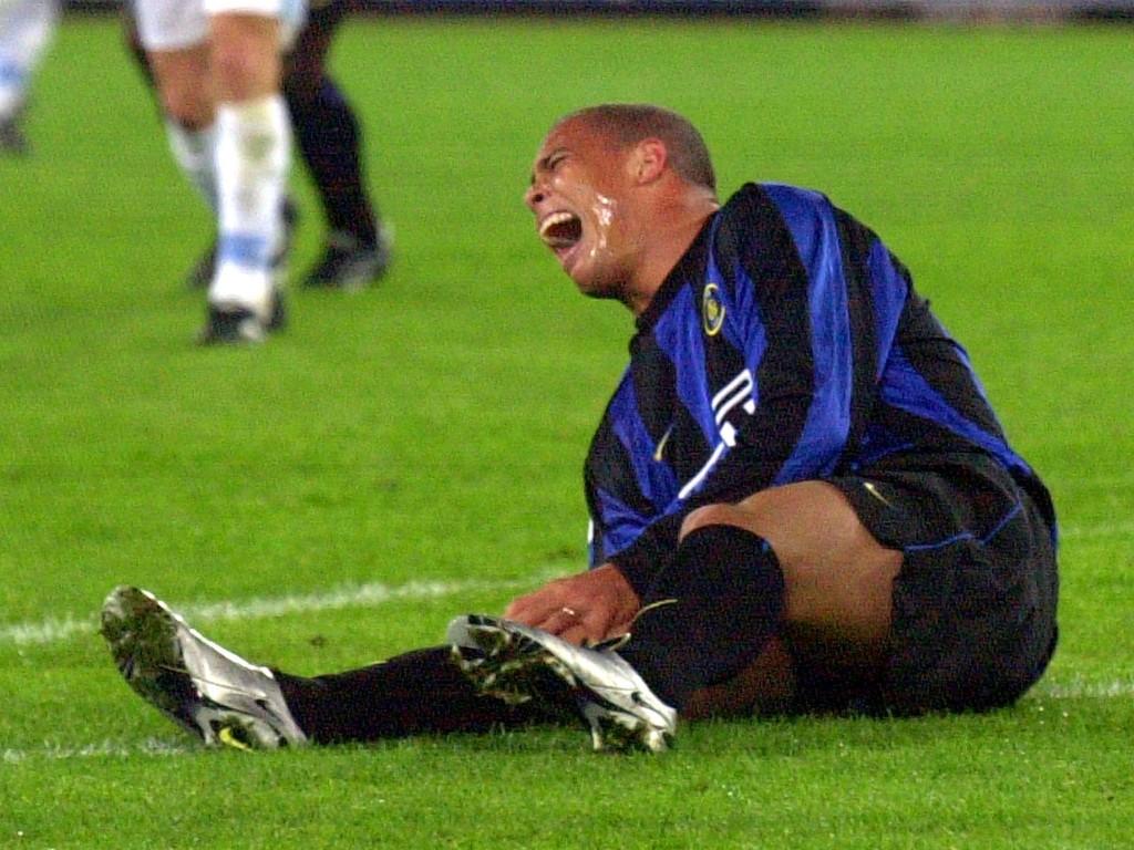 Ronaldo sofre lesão em 2000 pela Inter de Milão. Foto: Plinio Lepri/AP