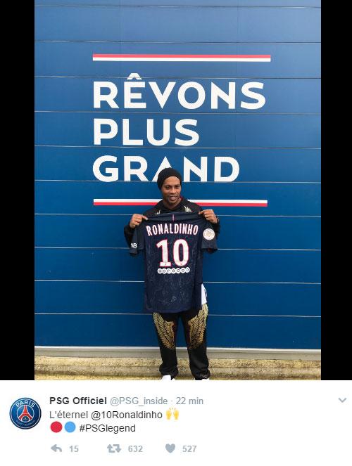 3d1ef30f06 Ronaldinho visita PSG e ganha camisa do clube
