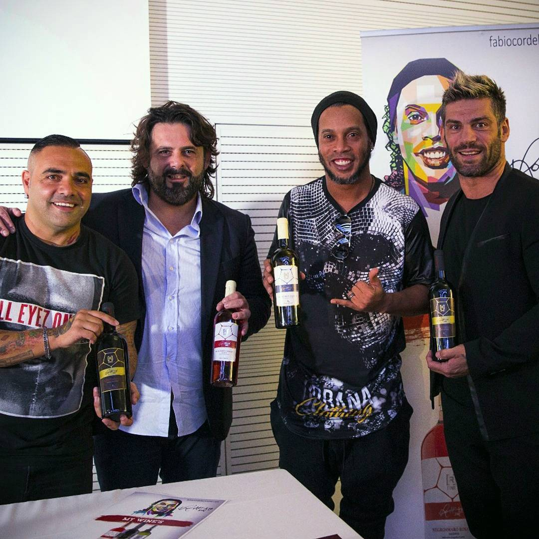 41dd8ad09 Ronaldinho Gaúcho recebe esportistas no lançamento de seu vinho ...