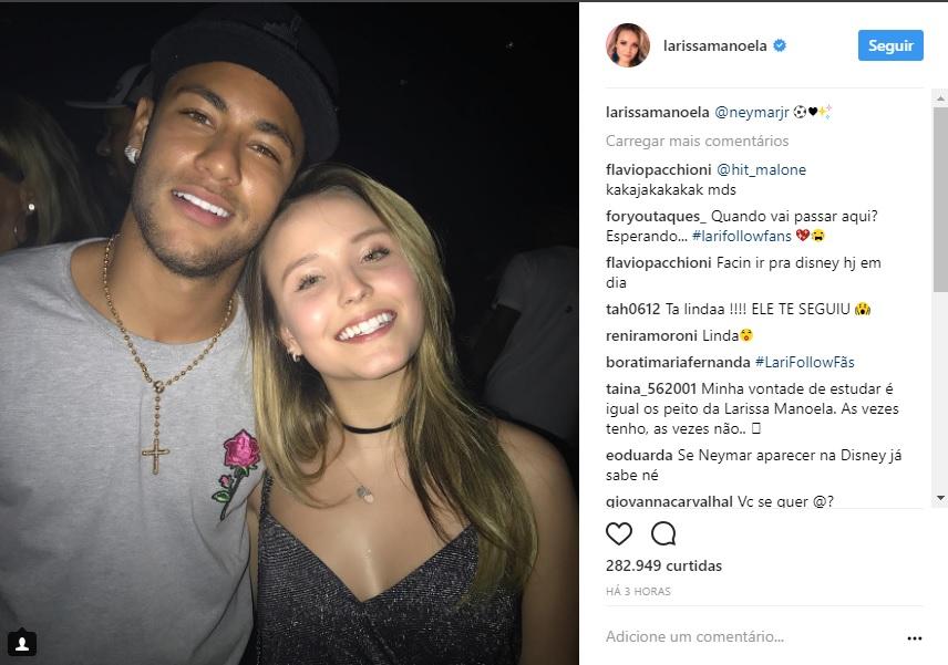 54f08bd598d88 Larissa Manoela não perdeu a chance de chegar pertinho de Neymar e tirar  foto com o jogador do PSG depois da vitória da seleção brasileira sobre o  Chile na ...