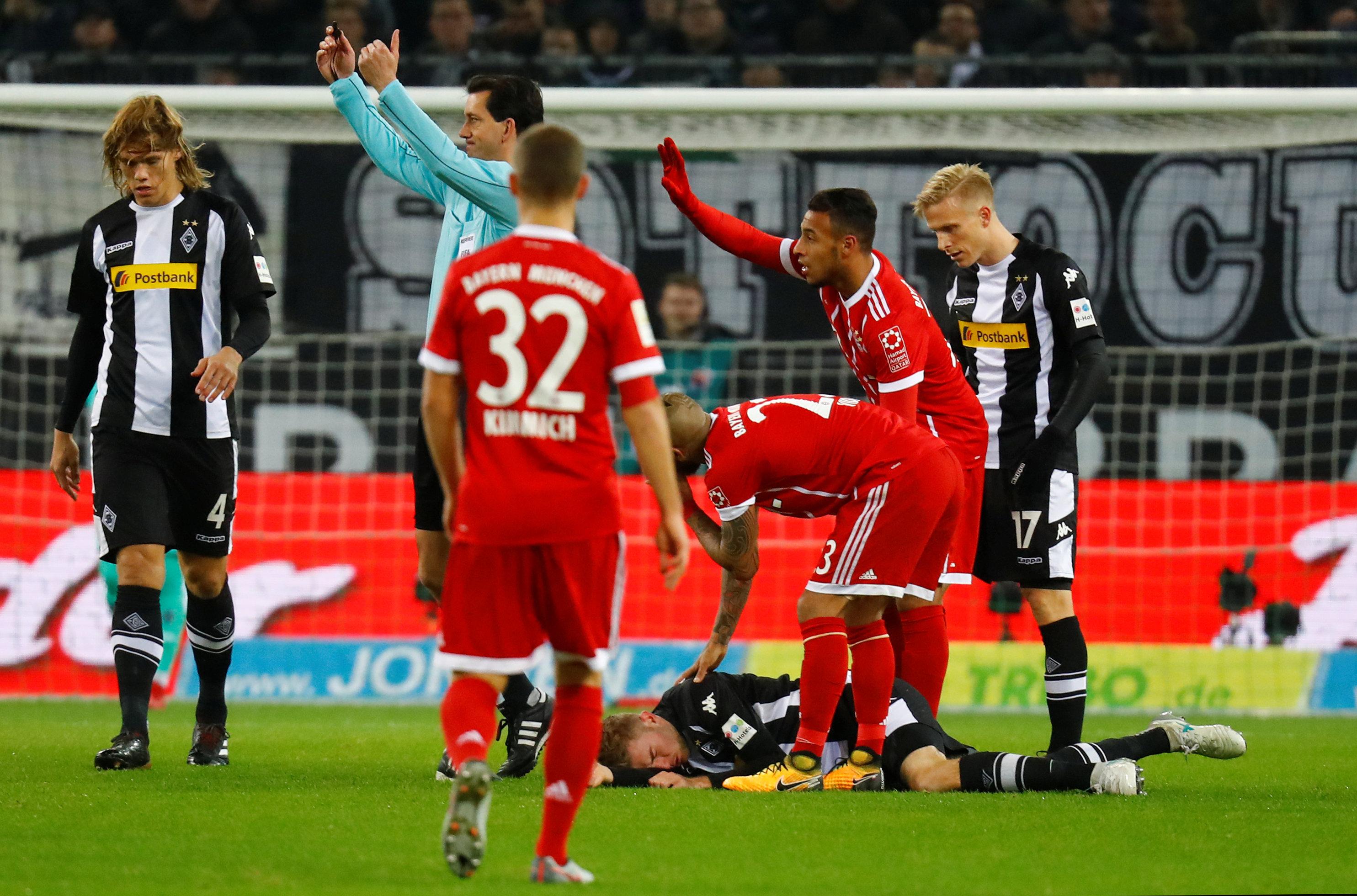 Kramer desmaiou após colisão com James em jogo contra o Bayern (REUTERS Kai  Pfaffenbach) 443cc83010283