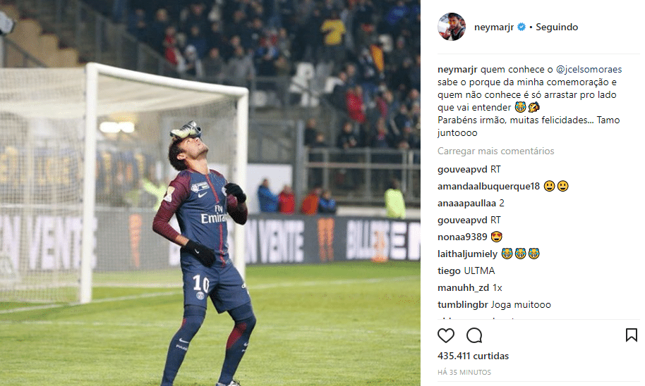Neymar causou estranheza ao colocar a chuteira na cabeça para comemorar o  primeiro gol do PSG na vitória por 2 a 0 sobre o Amiens 7bf0ff4e27b17
