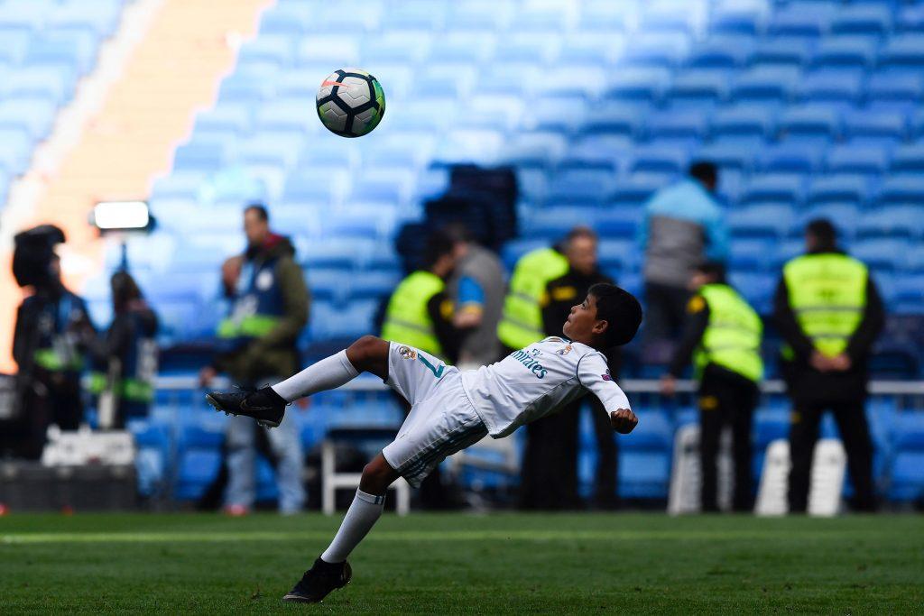 bb77d727f9 Filho de Cristiano Ronaldo tenta imitar golaço de bicicleta do pai ...