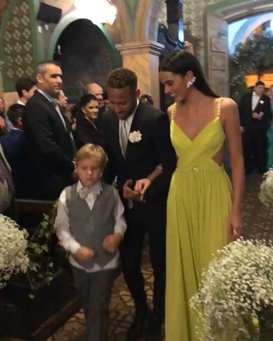 f000311bcd7f9 Neymar e Marquezine vão a casamento e entram com Davi Lucca na igreja